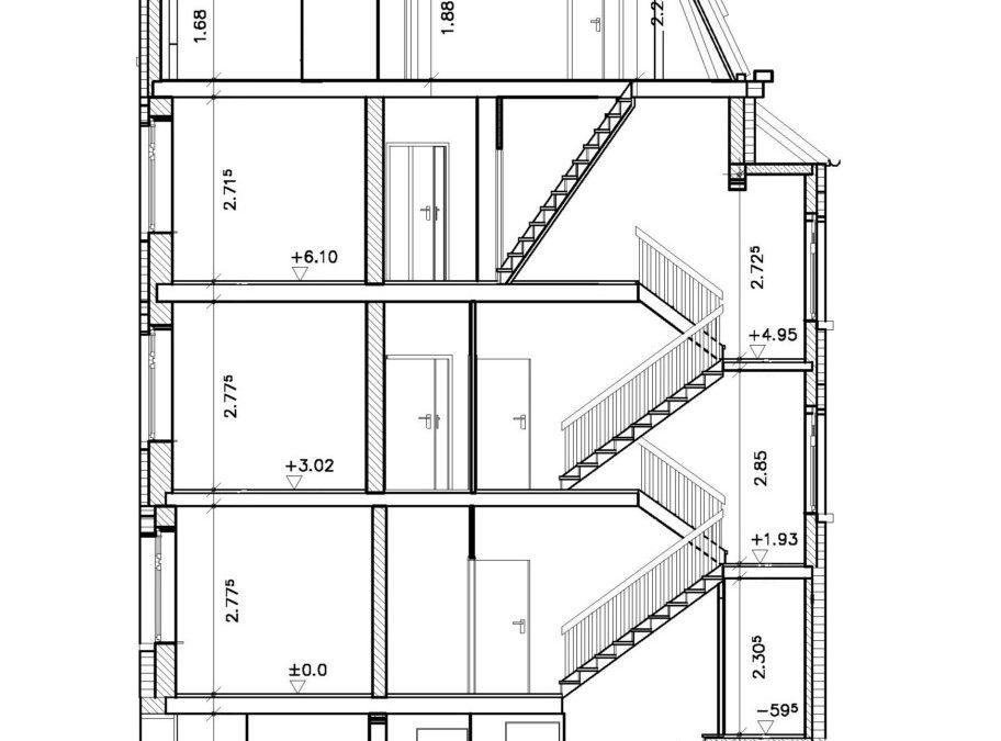 Der Schnitt durch das Gebäude vor dem Umbau. Im Dachgeschoss werden die für Wohnräume erforderlichen, Raumhöhen nicht erreicht.