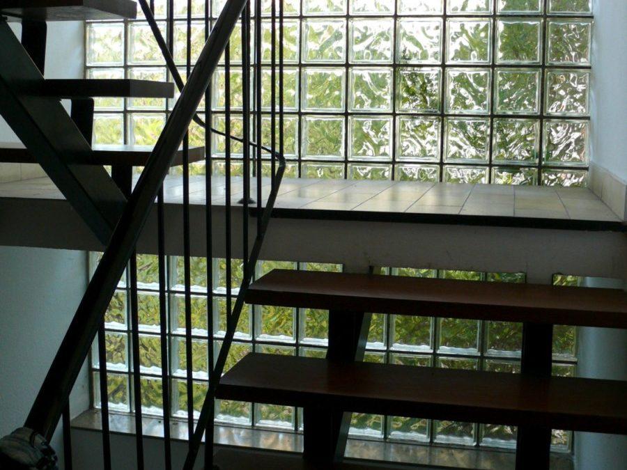 Das Treppenhaus mit der Glasbausteinwand entspricht ebenso nicht mehr den heutigen Bedürfnissen. Es ist auch energetisch ein Problem.