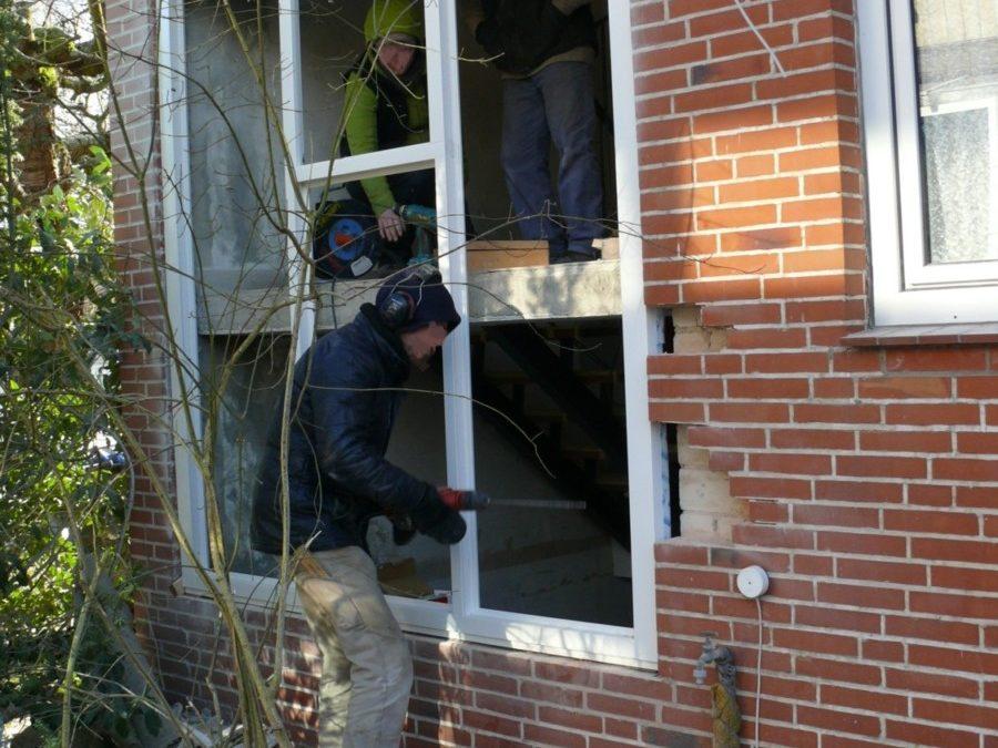 Im Zuge der Sanierung wurden sämtliche Fenster ausgetauscht, auch die Glasbausteine wurden durch Wärmeschutz-Fenster ersetzt. Ausgebrochene Steine werden ergänzt.