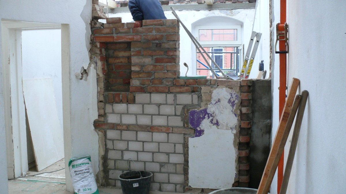 Wände werden ergänzt und neu aufgemauert.
