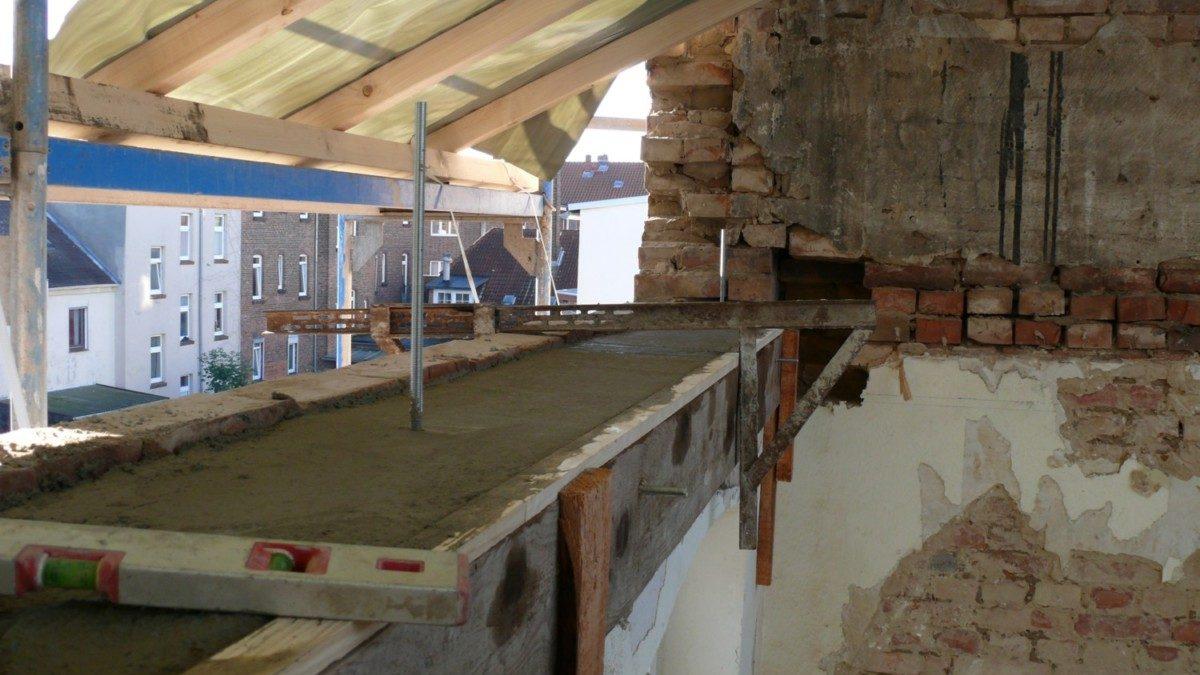 Der Ringbalken, der die neue Dachkonstruktion tragen wird, wird gegossen.