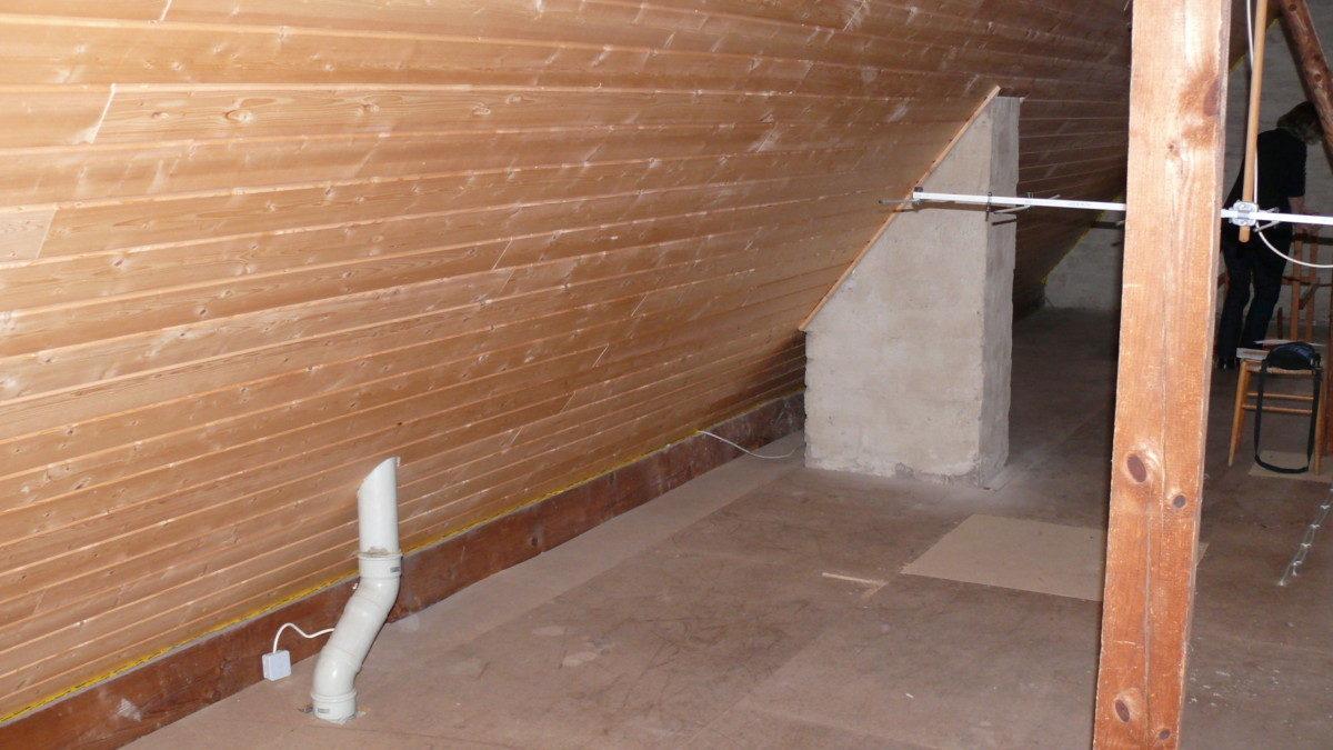 Der ursprüngliche Zustand des Dachbodens mit Schornstein