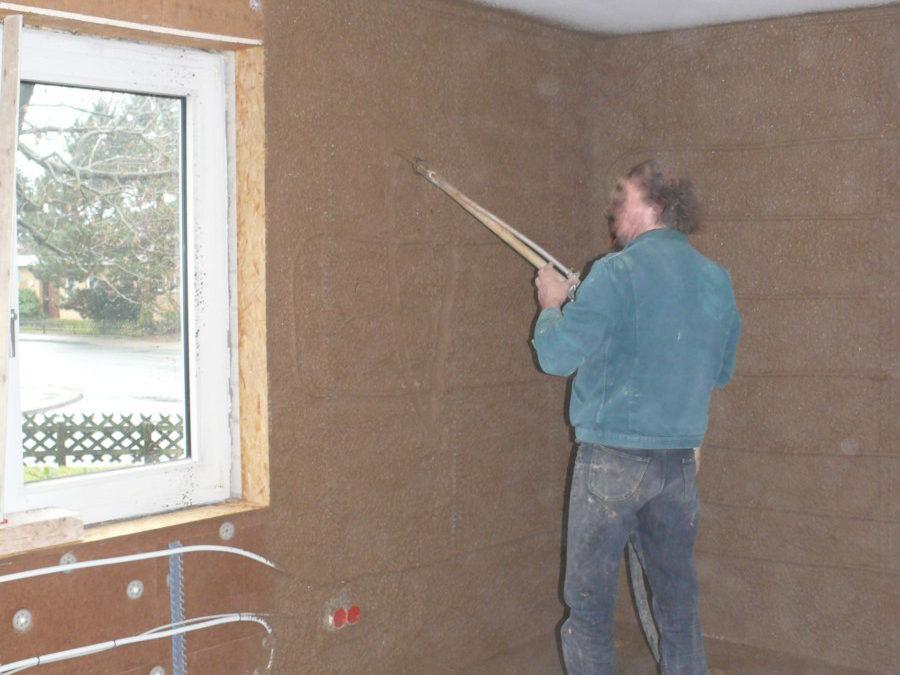 Die Wände erhalten einen 3-lagigen Lehmputz.