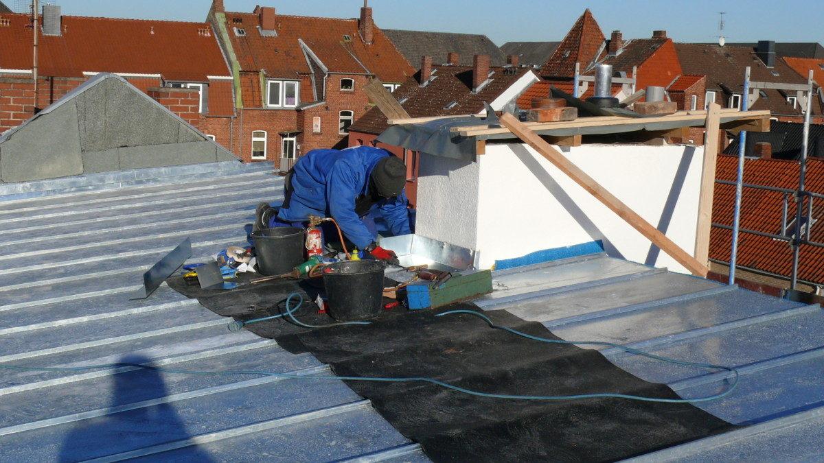 Die obere Dachfläche erhält eine Zinkfalzdeckung.