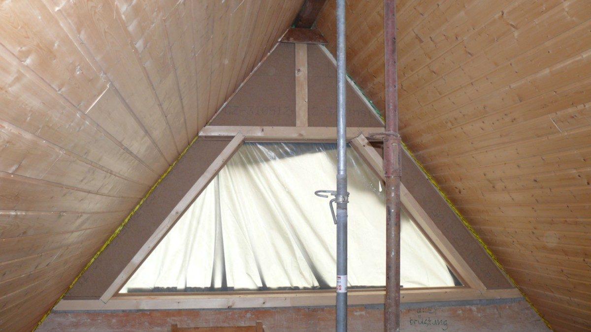 Das neue Holzrähm im Giebel mit der vergrößerten Fensteröffnung