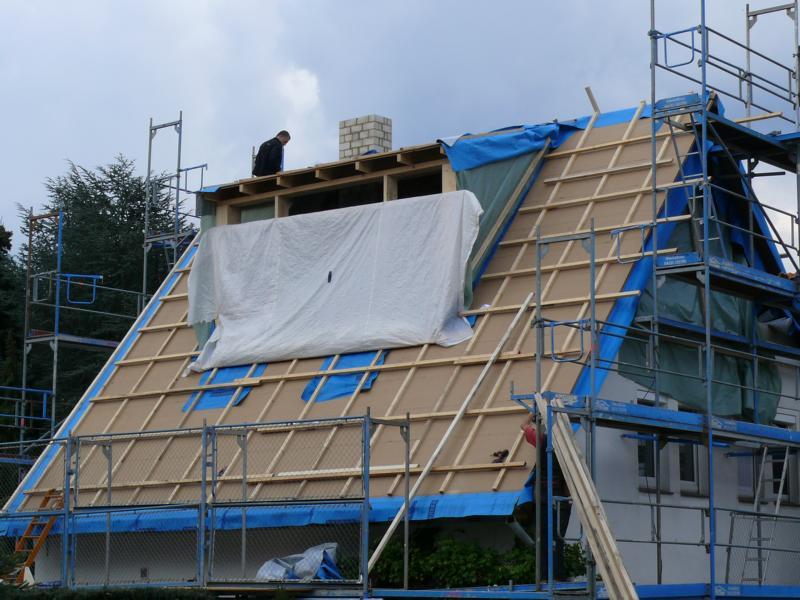 Die Gaube ist fertig aufgebaut, das Dach aufgedoppelt und wetterfest