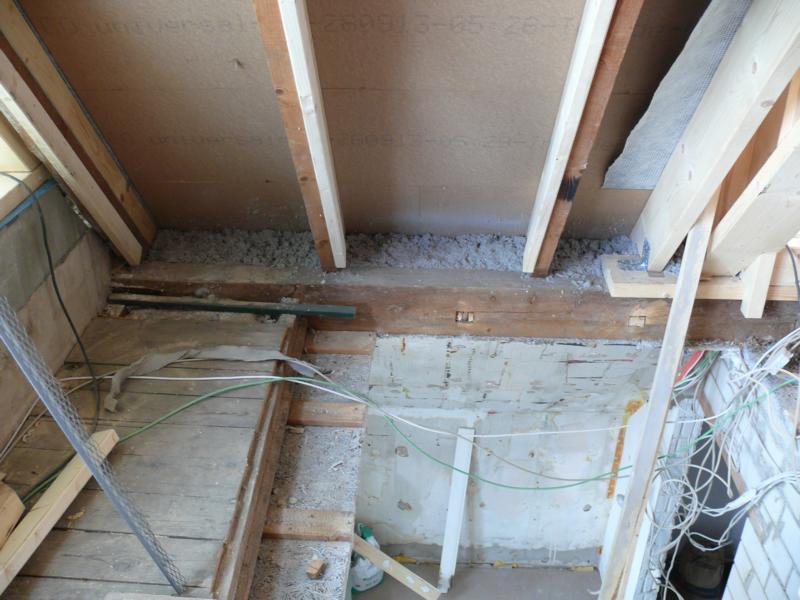 Zelluloseflocken in den Dachschrägen über dem OG und das neues Treppenloch