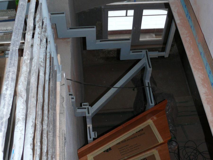 Die Treppe der zweiten Wohnung verläuft oberhalb des Treppenhauses. Beide Treppenkonstruktionen erhalten eine Brandschutzverkleidung.