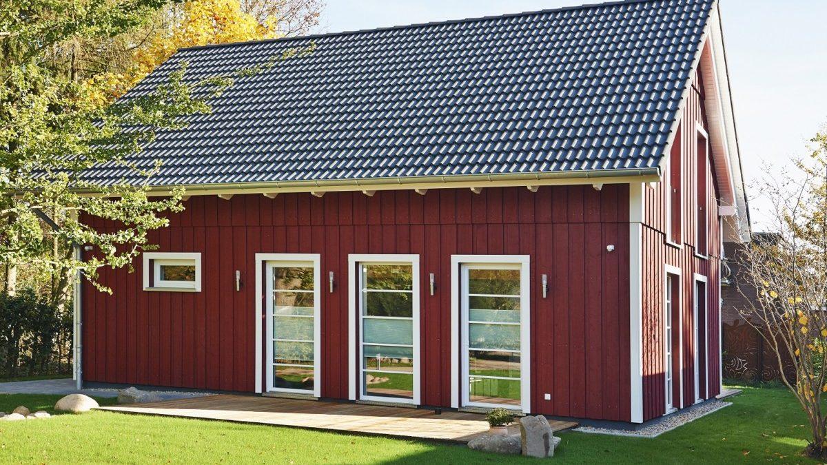 Gartenansicht der Wohnbereich-Seite mit zweiter Terrasse