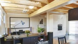 Der Wohnbereich erhält durch die Galerie im Obergeschoss zusätzlich Licht.