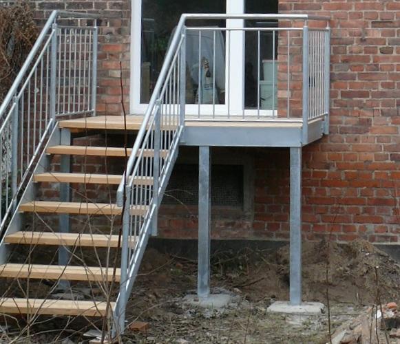 Die Treppen von den Balkonen der zwei Wohnungen im Erdgeschoss bieten einen Zugang zum Garten.