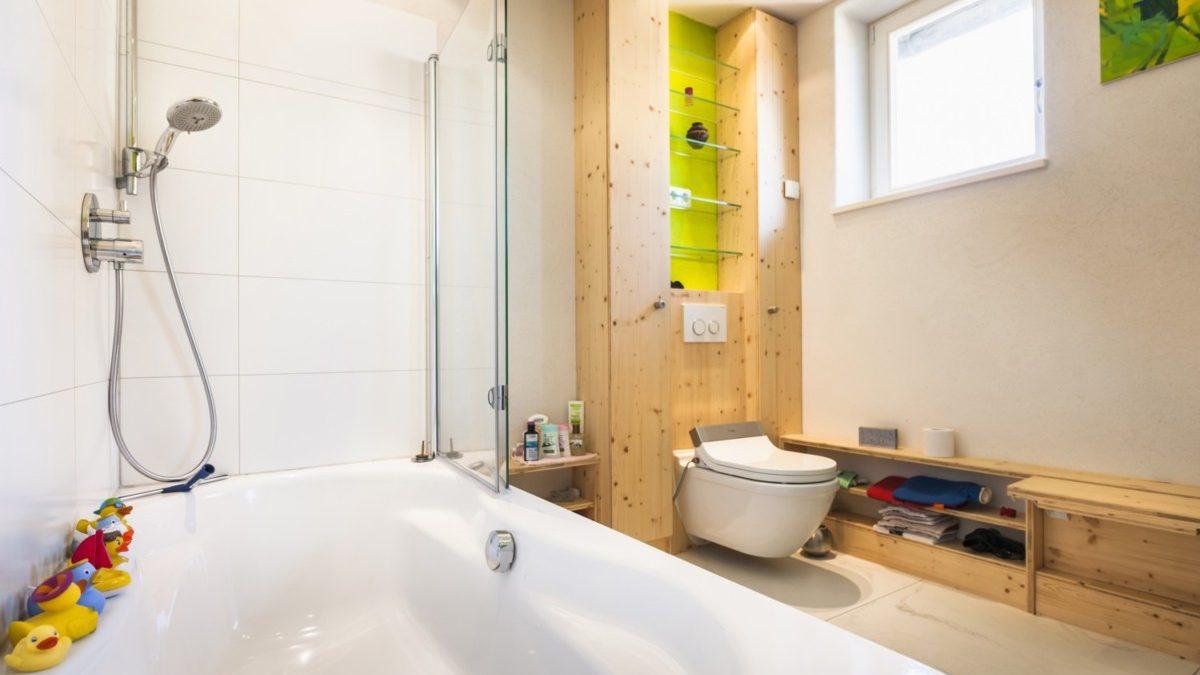 Das Bad ist klar und hell gestaltet.