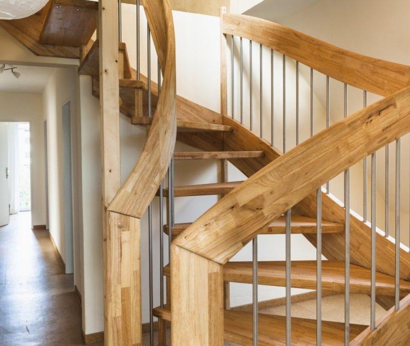 Die Treppe in ausdrucksstarkem Erlenholz bildet einen geglückten Übergang zwischen den Geschossen