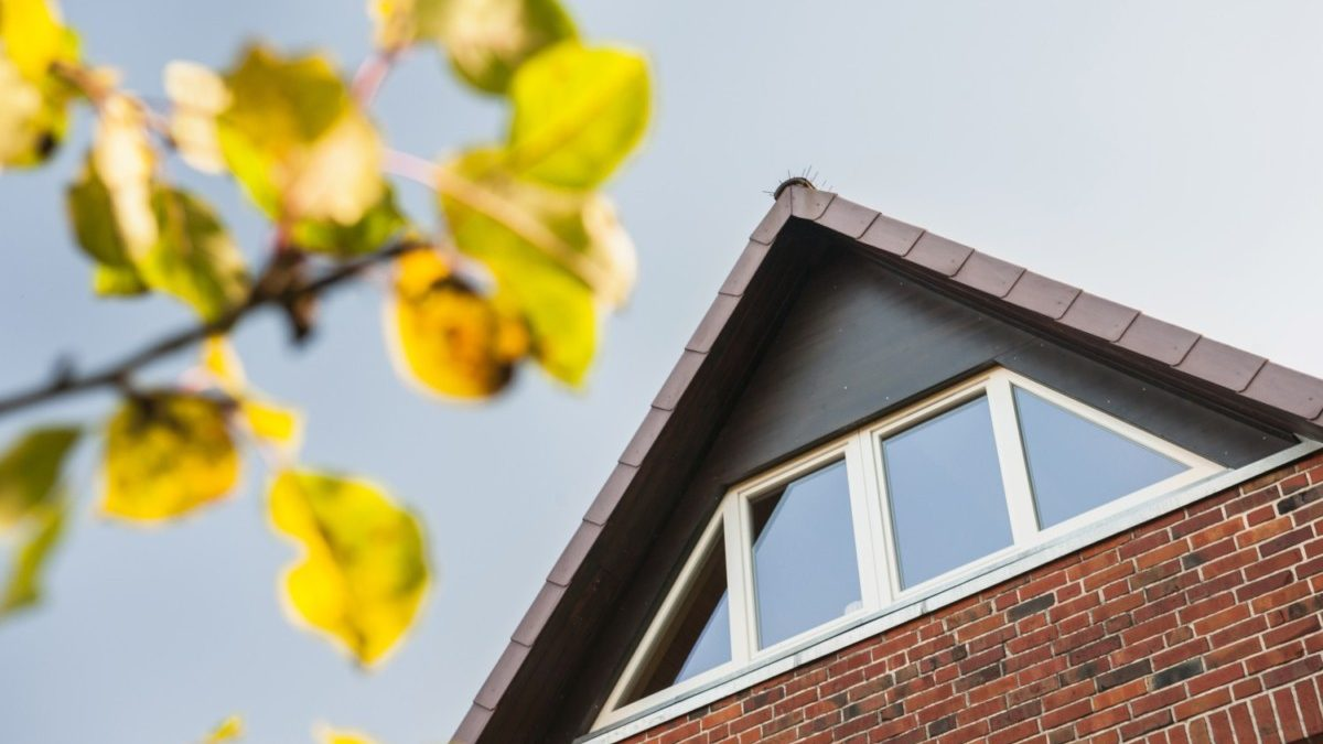 Die neue Giebeloptik von außen. Mit der dunkel gehaltenen Verkleidung fügt sich das große Fenster gut in die Optik des Daches ein.