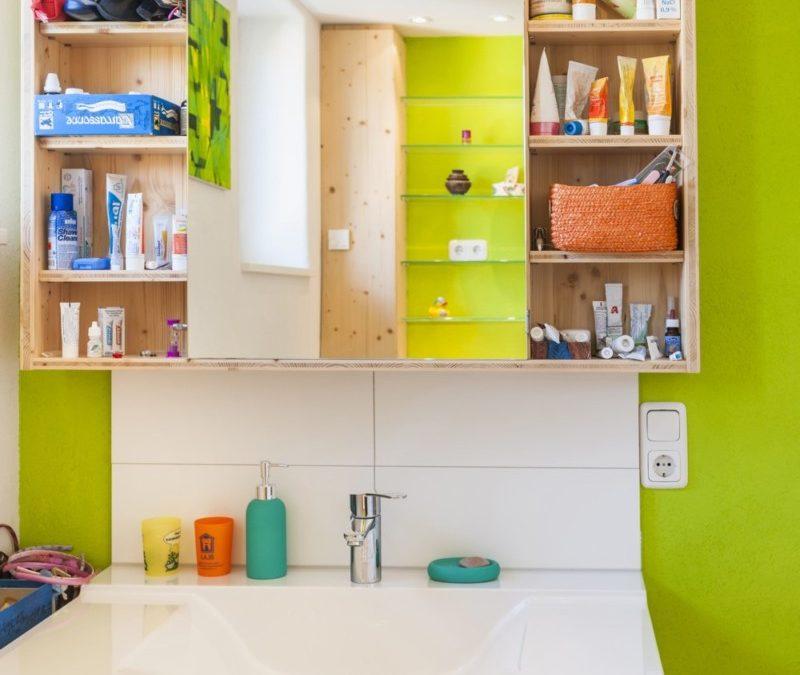 Der Waschtisch mit Spiegelschrank bietet allen Familienmitgliedern ausreichend Stellfläche.