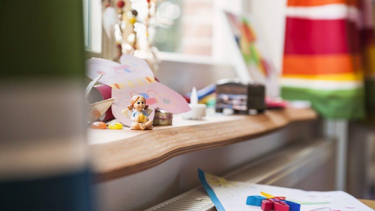 Auch in anderen Räumen, wie hier im Kinderzimmer, fallen liebevoll gestaltete Holzdetails auf.