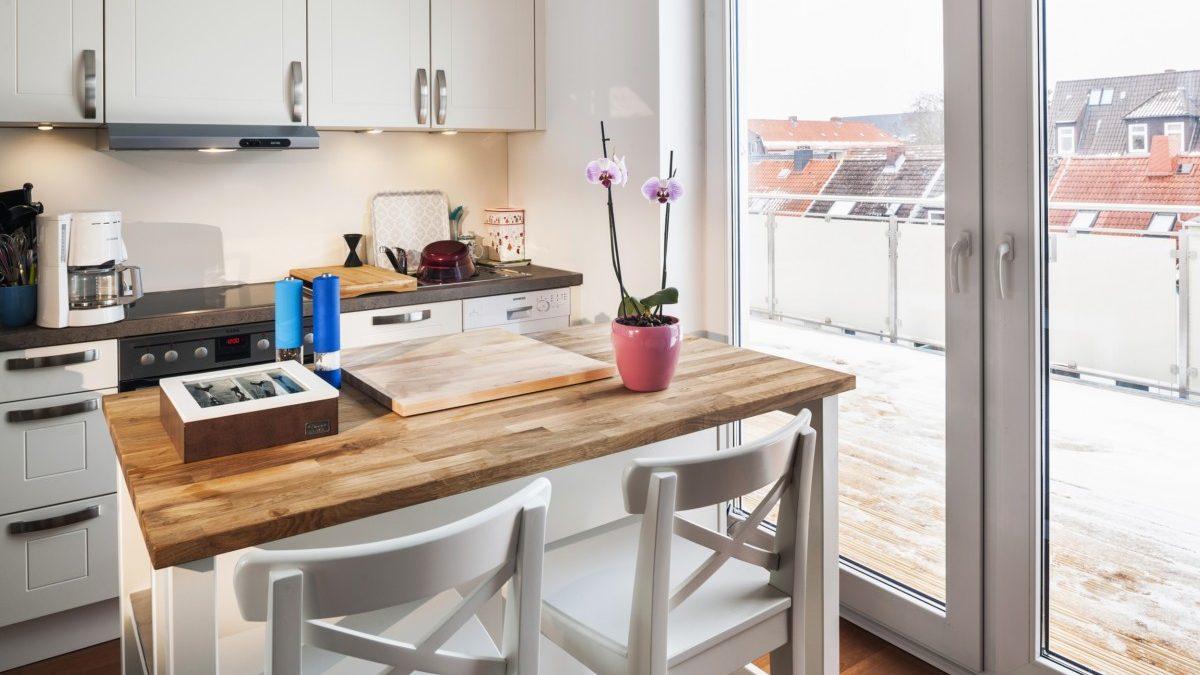Die Küche mit Zugang zur Dachterrasse